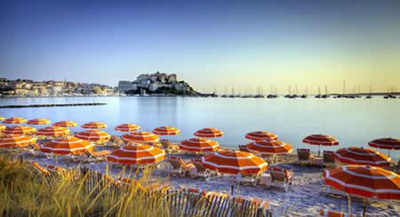 Les pieds dans l'eau dans un camping de Haute-Corse