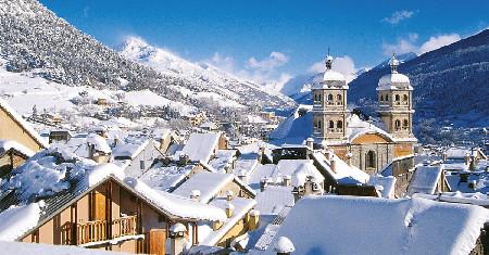 Briançon en hiver : la ville et l'ancienne collégiale Notre-Dame-et-Saint-Nicolas